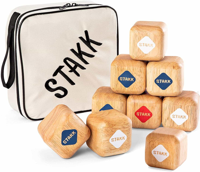 Stakk funktioniert so ähnlich wie Boule, weshalb die eigenen Stakks so nah wie möglich an den Ziel-Stakk geworfen werden müssen.